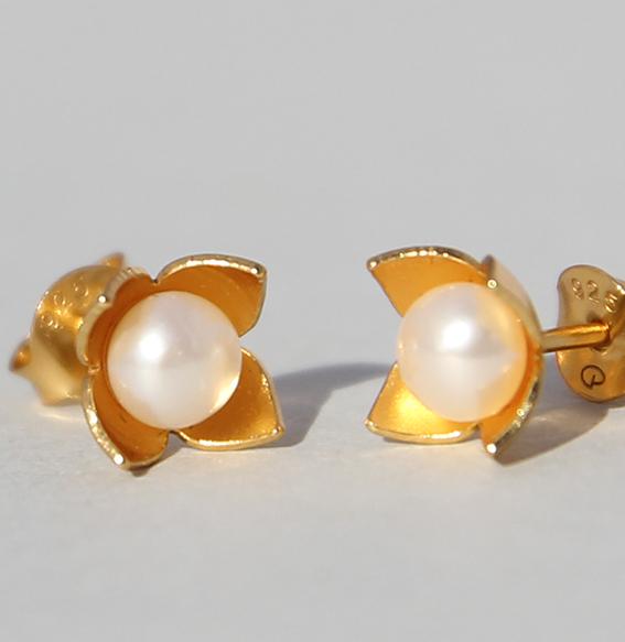 Silberohrstecker vergoldet mit SWZ Perle | Perlblütenschale mini