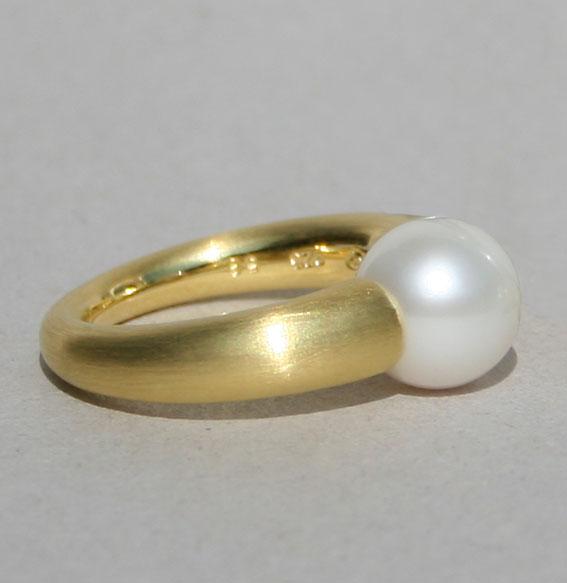 Silberring feinmattiert vergoldet mit 10mm SWZ Perle weiß