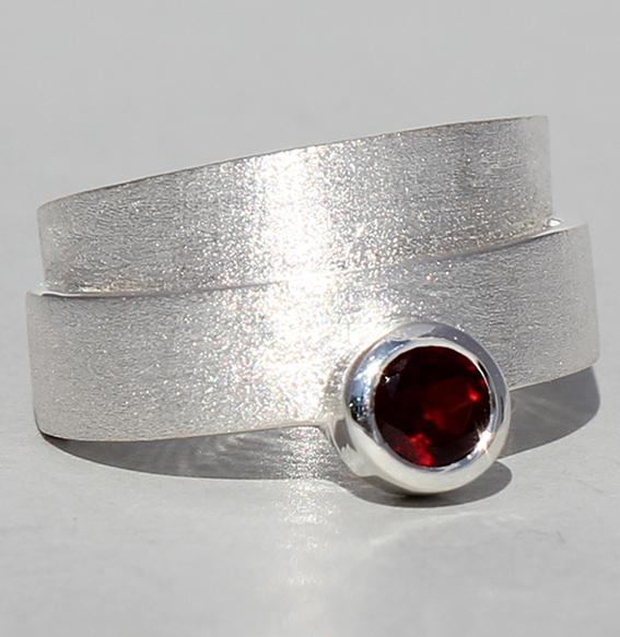 Silberring mit Granat   Helix