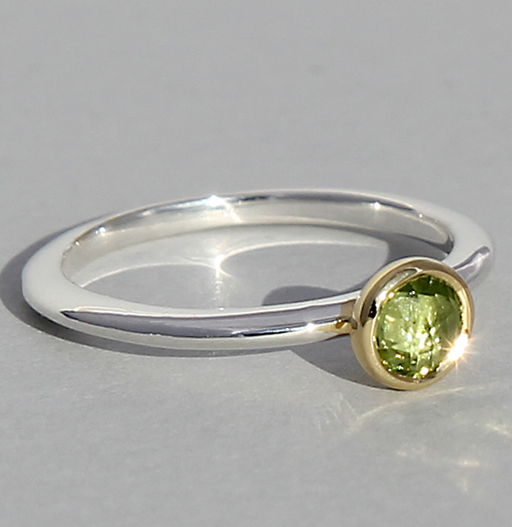 Silberring teilvergoldet mit Peridot   fine flat