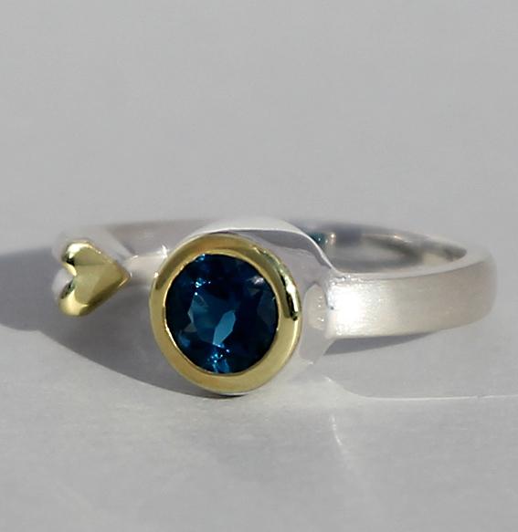 Silberring teilvergoldet mit london blue Topas | Open Heart