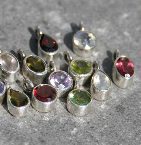 mini Steinanhänger mit verschiedenen Steinen