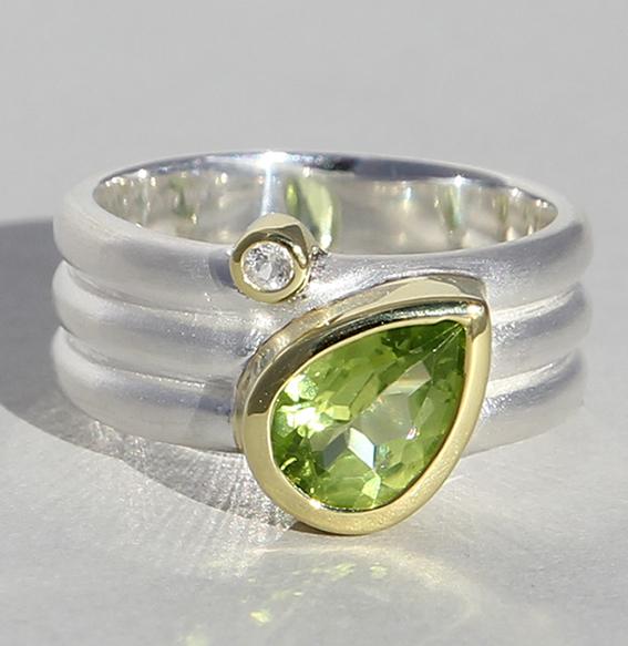 Silberring vergoldet mit Peridot und Bergkristall