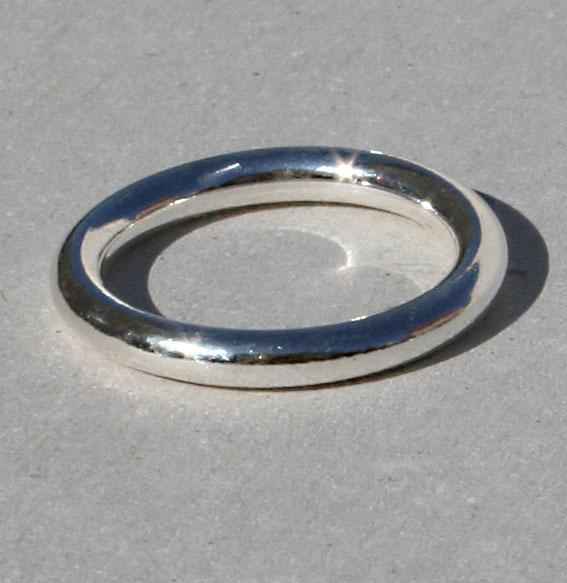 Schlichter, massiver Ring